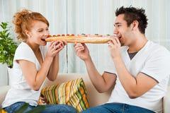 piękna chłopiec łasowania dziewczyny przystojna kanapka Zdjęcia Stock