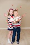 Piękna chłopiec i dziewczyna na tle serca Zdjęcia Royalty Free
