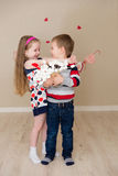 Piękna chłopiec i dziewczyna na tle serca Obraz Stock