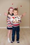 Piękna chłopiec i dziewczyna na tle serca Zdjęcie Royalty Free