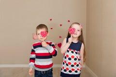Piękna chłopiec i dziewczyna na tle serca Obraz Royalty Free