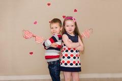 Piękna chłopiec i dziewczyna na tle serca Fotografia Stock