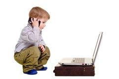 Piękna chłopiec mówi na telefonie fotografia royalty free
