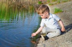 Piękna chłopiec nalewa wodę od palmy zdjęcia royalty free