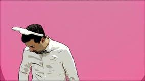 Piękna chłopiec pozycja na różowym tle Podczas to ubierającego w białej koszula Trzymać marchewki chce palić je zbiory wideo