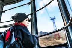 Piękna chłopiec w wagonie kolei linowej iść up Fotografia Stock