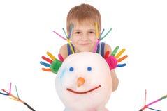 Piękna chłopiec z rękami w farba koloru pobliskim bałwanie z barwionymi rogami i rękami Zdjęcia Stock