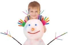 Piękna chłopiec z rękami w farba koloru pobliskim bałwanie z barwionymi rogami i rękami Obrazy Stock