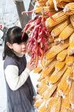 Piękna Chińska dziewczyna z niektóre kukurydzami Obraz Royalty Free
