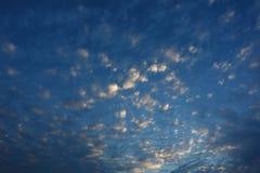Piękna chodzenie chmura nad dramatyczny błękitny zmierzchu niebo chmurny Fotografia Royalty Free