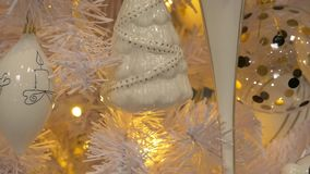 Piękna choinka z dekoracyjnymi ornamentami zbiory wideo