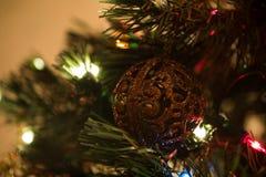 Piękna choinki zabawka z kolorowymi światłami w tle Fotografia Royalty Free