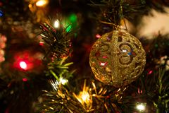 Piękna choinki zabawka z kolorowymi światłami w tle Obraz Royalty Free