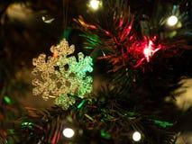 Piękna choinki zabawka z kolorowymi światłami w tle Obrazy Royalty Free