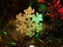 Piękna choinki zabawka z kolorowymi światłami w tle Zdjęcia Stock