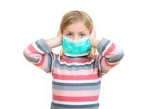 Piękna chora dziewczyny gacenia grypa maską dla dzieciaka obrazy royalty free