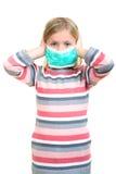 Piękna chora dziewczyny gacenia grypa maską dla dzieciaka fotografia royalty free