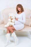 Piękna ciężarna dziewczyna w trykotowej sukni z misiem Zdjęcie Stock