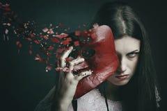 Piękna ciemna kobieta z rozrzuconą venetian maską Fotografia Stock