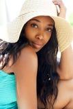 Piękna czarna dziewczyna z słońce kapeluszem Zdjęcia Royalty Free
