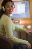 piękna czarna kobieta hełmofon fotografia royalty free