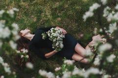 piękna czarnogłowa dziewczyna, kobieta w czarnej sukni zdjęcia stock
