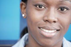 piękna czarny uśmiechnięta kobieta Obraz Royalty Free