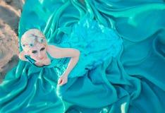 Piękna czarodziejka w długiej turkus sukni Zdjęcia Royalty Free