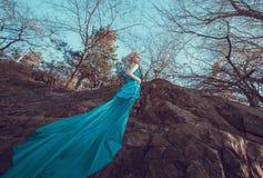 Piękna czarodziejka w długiej turkus sukni Obrazy Royalty Free