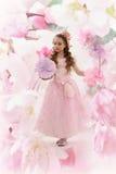 Piękna czarodziejska dziewczyna w kwiatonośnym ogródzie Zdjęcie Royalty Free