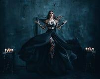 Piękna czarownica unosi się w powietrzu Zdjęcia Stock