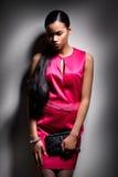 Piękna czerni wzorcowy pozować na szarym tle Moda Fotografia Royalty Free