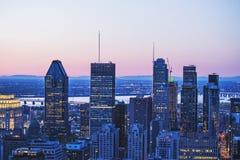 Piękna czerwień, niebieskie niebo i wschód słońca zaświecamy nad Montreal miastem w ranku czasie Zadziwiający widok od królewskie obraz stock