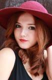 Piękna czerwieni głowy dziewczyna w opadającym kapeluszu Zdjęcia Stock