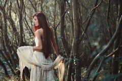 Piękna czerwona włosiana kobieta w drewnach zdjęcia royalty free