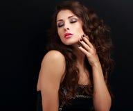 Piękna długa kędzierzawego włosy kobieta z zamkniętymi makeup oczami i robiącymi manikiur gwoździami Obrazy Royalty Free