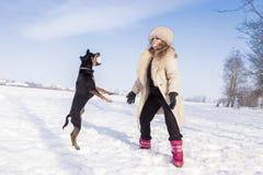 Piękna dama bawić się z jej psem Obrazy Royalty Free