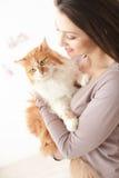 Piękna dama dba o jej zwierzęciu domowym Fotografia Royalty Free