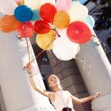 Piękna dama trzyma wiązkę balony na th w retro stroju Zdjęcia Royalty Free