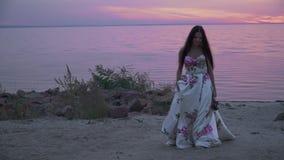 Piękna dama w długiej sukni na pięknej plaży zbiory wideo