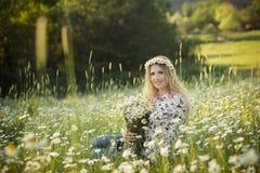 Piękna dama z śliczną córką na rumianku polu Zdjęcia Royalty Free