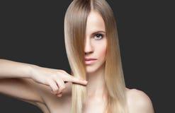 Piękna dama z prostym włosy zdjęcie stock