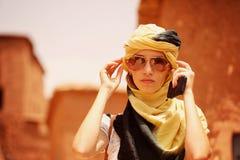 Piękna dama z szalikiem obraz stock