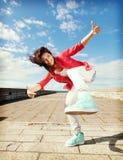 Piękna dancingowa dziewczyna w ruchu Obraz Royalty Free