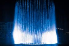 Piękna dancingowa fontanna iluminująca przy nocą zdjęcie royalty free