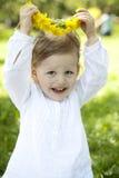 piękna dandelion diademu dziewczyny łąka Zdjęcie Stock
