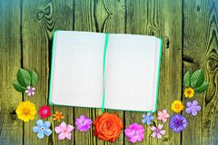 Piękna dekoracja kwiatów rama z notatnikiem w centrum na pomarańczowym ciemnym drewnianym stołowym tle Kwiecisty skład wiosna lub Zdjęcie Royalty Free