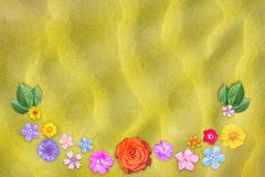 Piękna dekoracja kwiatów rama z pustym w centrum na żółtym piaska tle Kwiecisty skład wiosny lub lata kwiaty Zdjęcia Stock