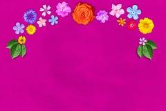 Piękna dekoracja kwiatów rama z pustym w centrum na menchiach tapetuje tło Kwiecisty skład wiosny lub lata kwiaty Zdjęcia Stock