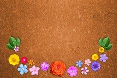 Piękna dekoracja kwiatów rama z pustym w centrum na pomarańczowym hardboard tle Kwiecisty skład wiosny lub lata flo Fotografia Royalty Free